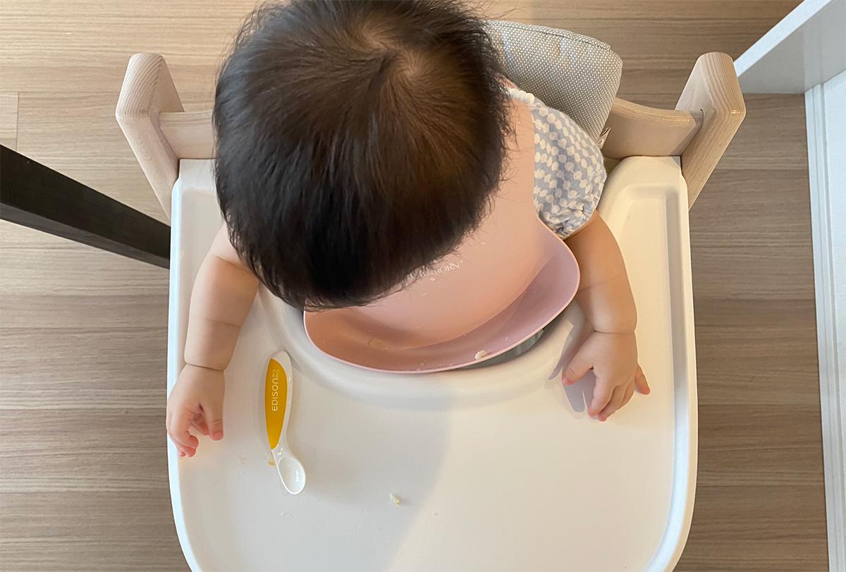 トリップトラップのトレイは体周りにフィットしてご飯をこぼしにくい
