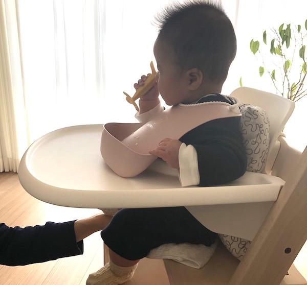 トリップトラップのトレイで5ヶ月の子供も安定
