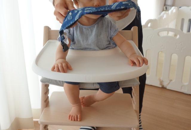 後ろに垂らしたリッチェルチェアベルトを、頭の上からくぐしていきます。