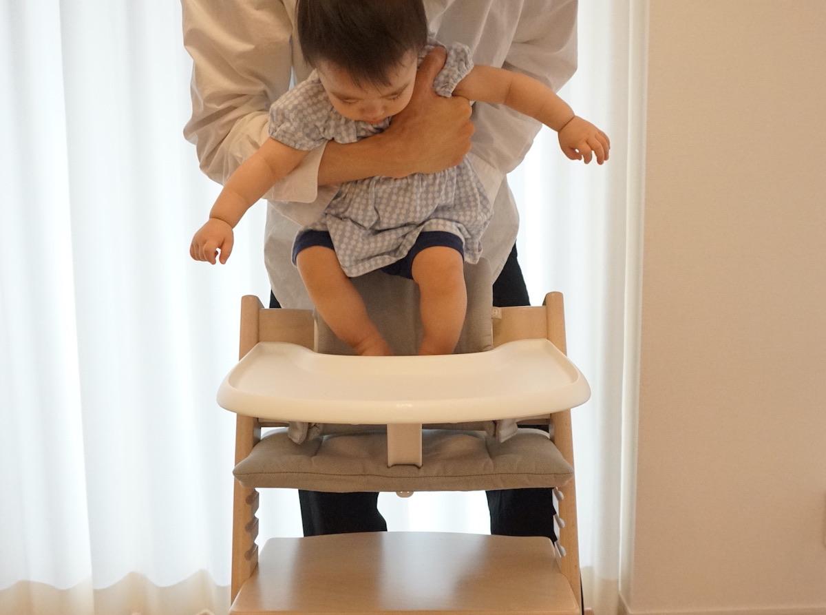 トリップトラップのベビーセットに座らせる時に足がばたつく