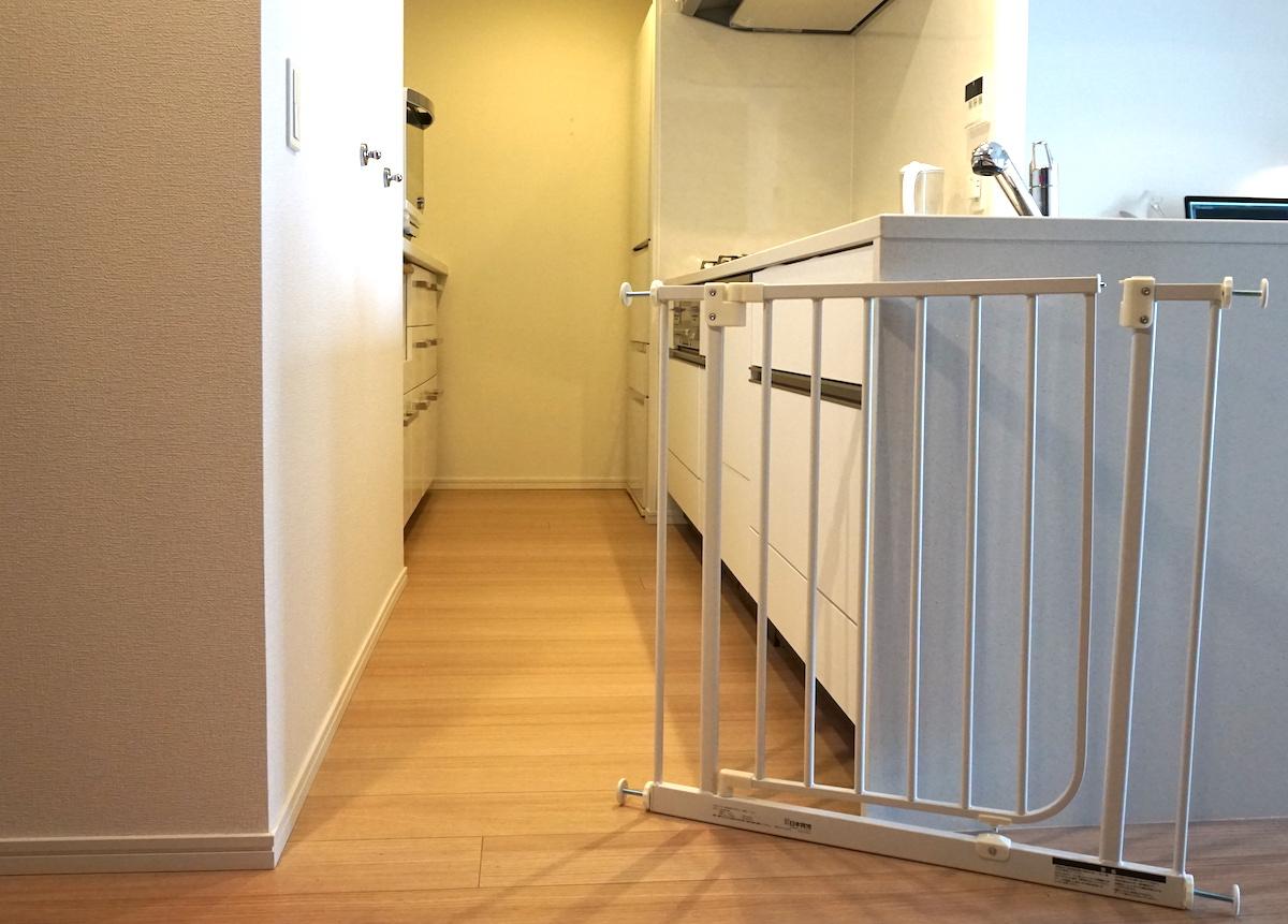 日本育児ベビーズゲイトをキッチンに取り付けます