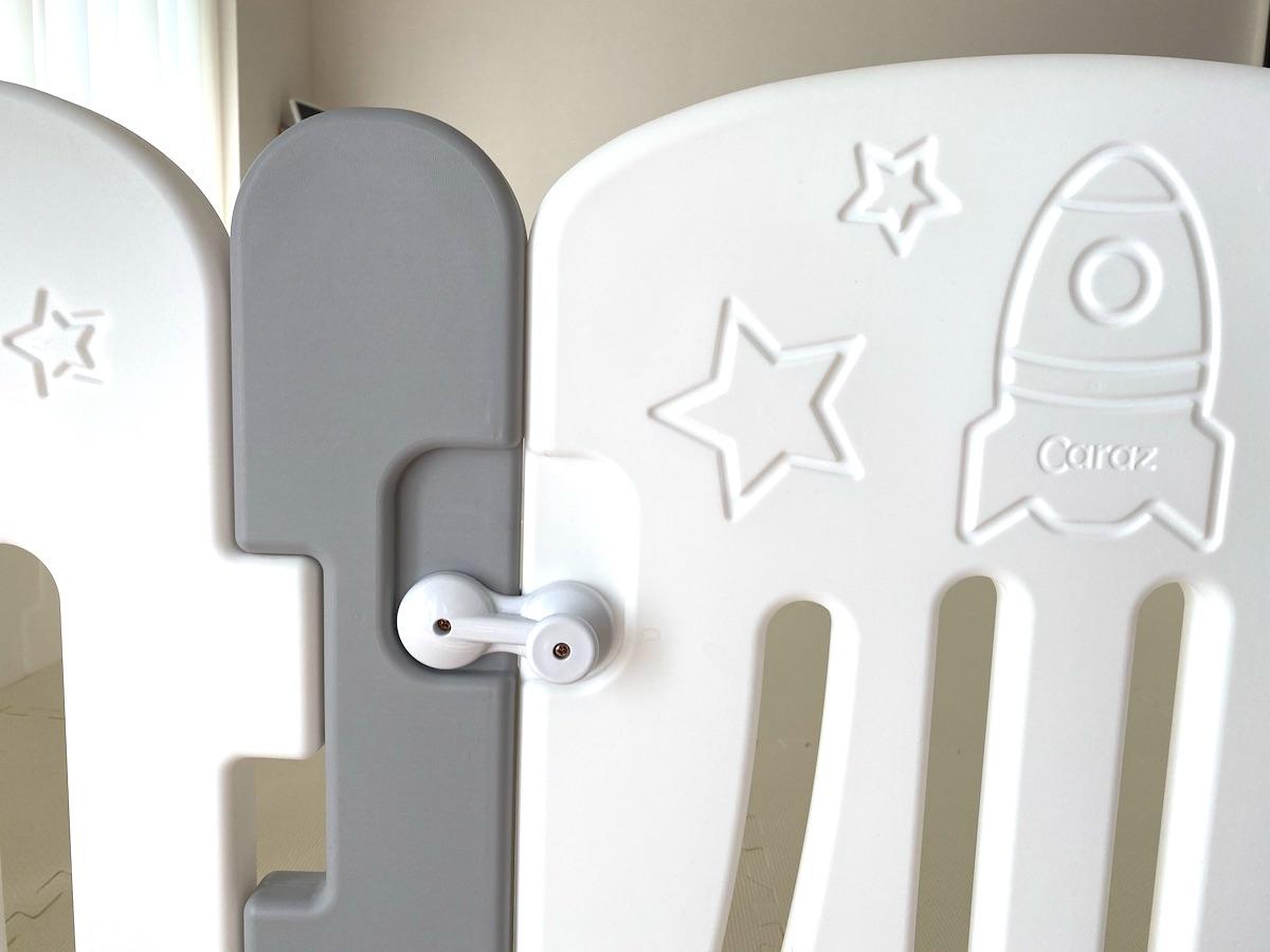 カラズのベビーサークル の扉は使いやすいです