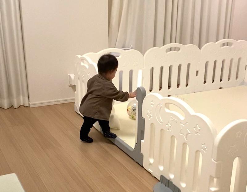 子供はベビーサークル の扉が大好き。開けたり閉めたり