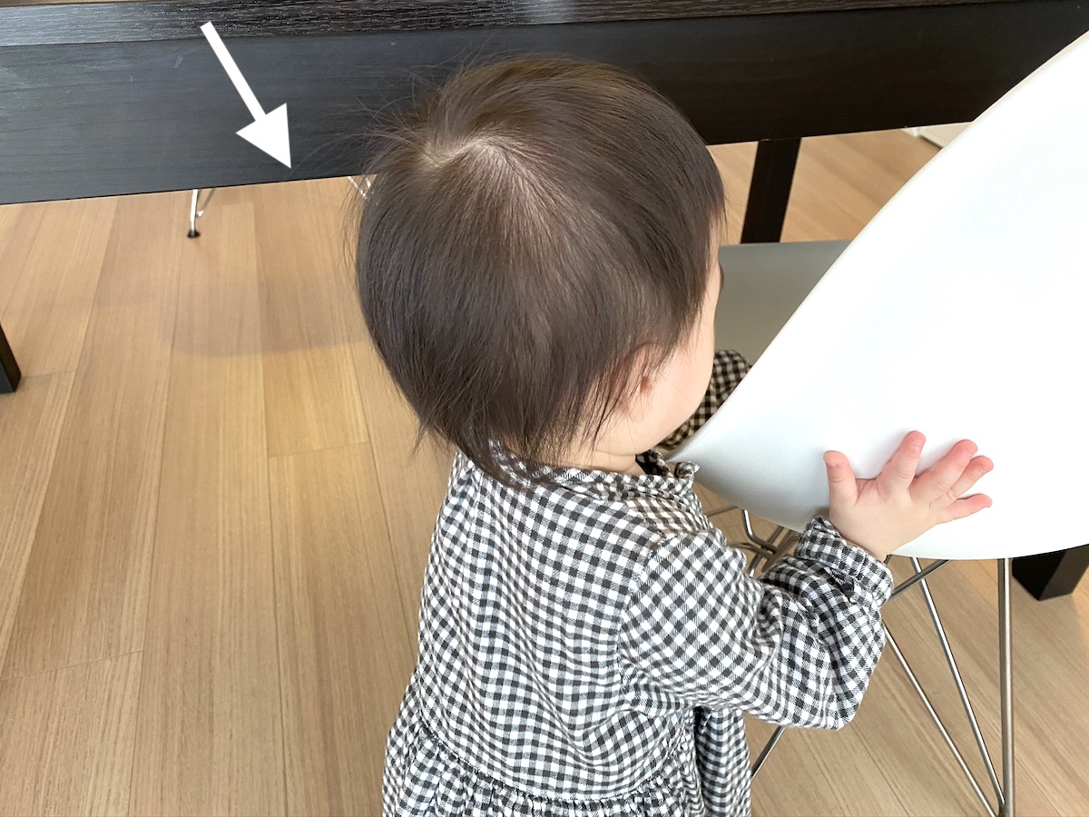 テーブルの幕板に赤ちゃんが頭をぶつけて危険