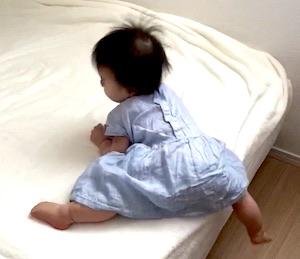 10ヶ月で1人でベッドから降りられるようになる