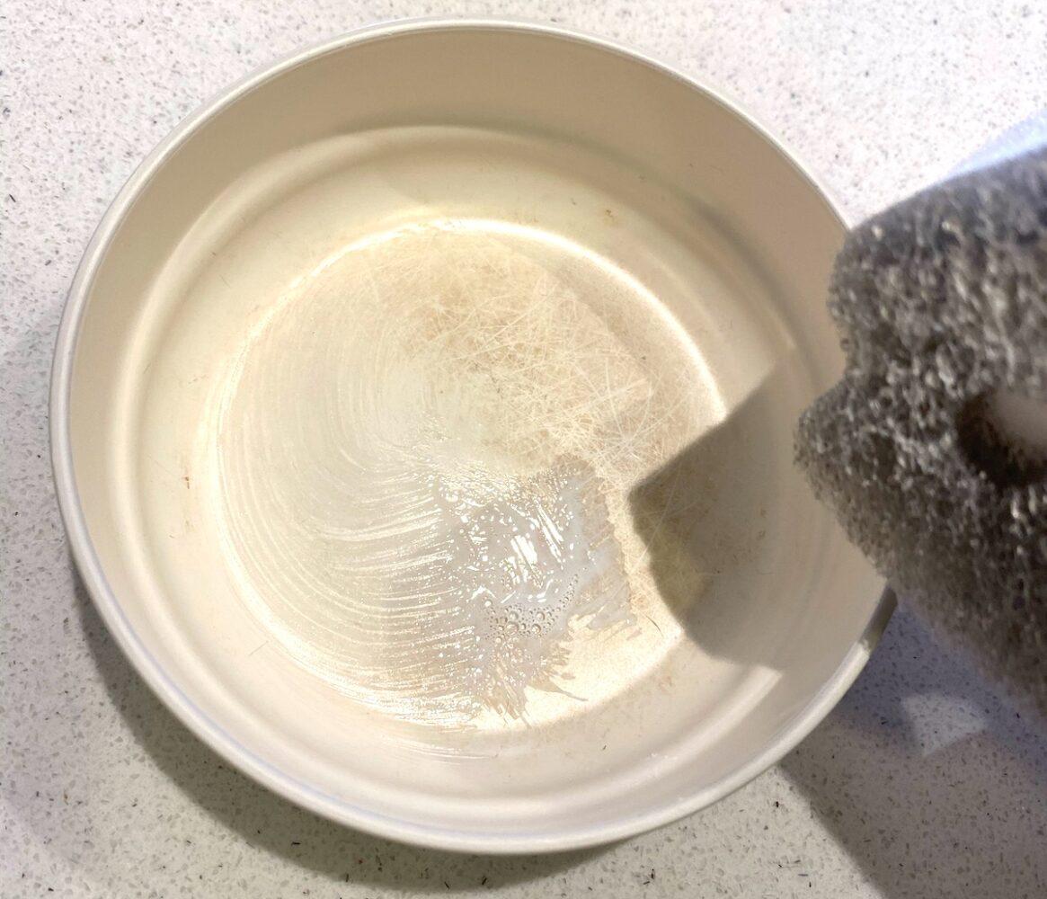 子供用プラスチック食器の汚れにスクラブウォッシュを少しだけ使ってみます